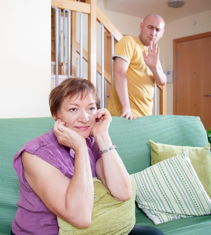 儿子和年长母亲在争吵期间 免版税图库摄影