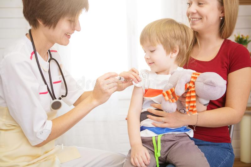 儿科医师examinate有听诊器的年轻患者的肺 免版税库存照片
