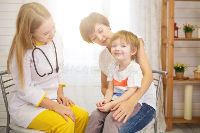 儿科医师examinate有听诊器的年轻患者的肺 图库摄影