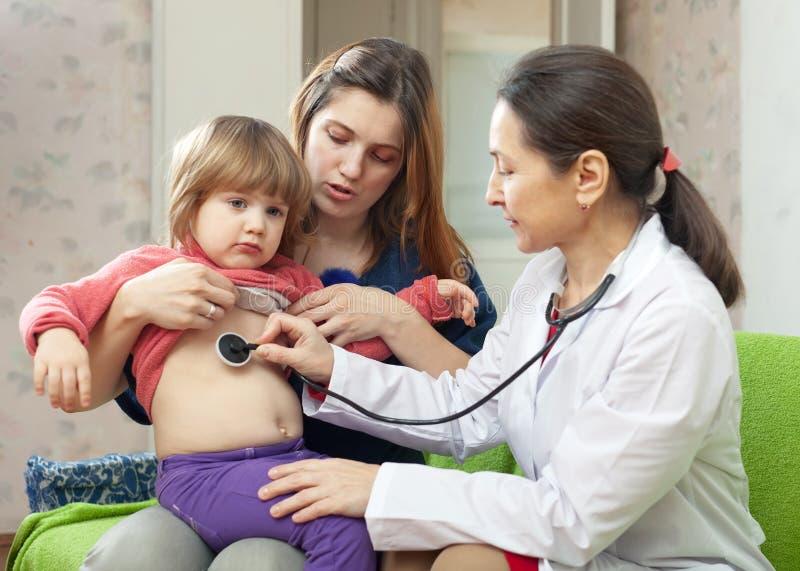 儿科医生医生检查的婴孩 免版税图库摄影