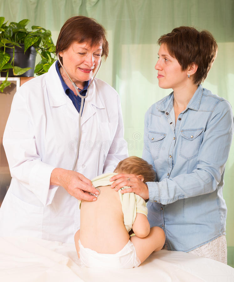 儿科医生医生检查的女婴 免版税图库摄影