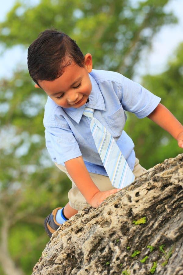 儿童上升的岩石 免版税图库摄影