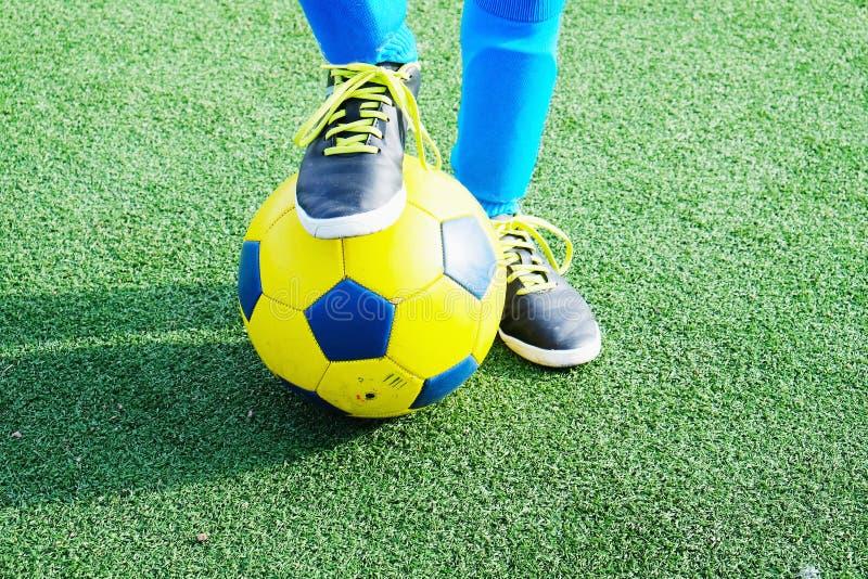 儿童与球的` s脚 库存图片