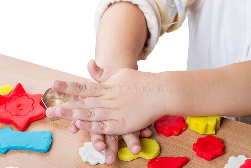 儿童与黏土一起使用 免版税库存图片