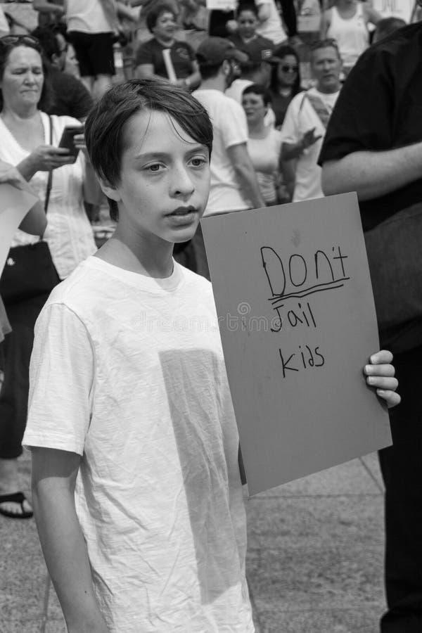 儿童举行签署抗议家庭分离 免版税库存照片