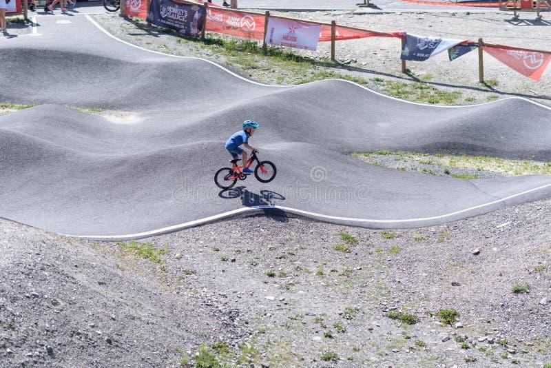 儿童乘驾在奔驰车联合利华MTB世界杯的一个自行车泵浦2019年- DHI Vallnord,2019年7月的安道尔 库存图片