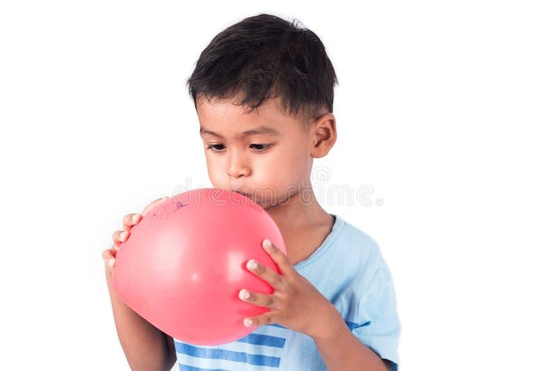 儿童亚洲小男孩吹的气球 库存图片
