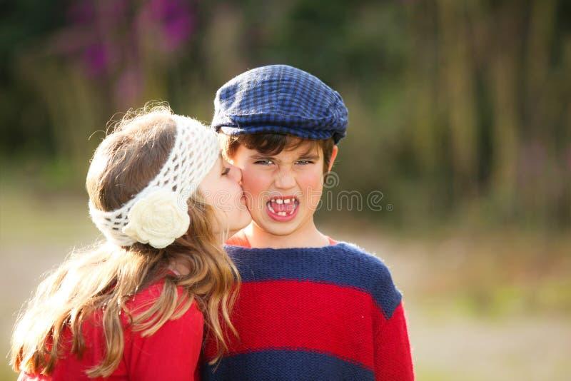 儿童亲吻 免版税库存照片