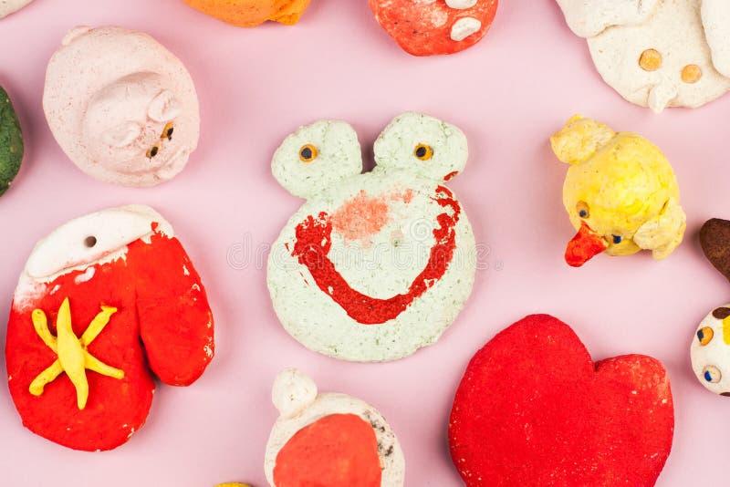 儿童从盐味的面团的` s工艺-不同的动物,心脏,花绘与颜色 免版税库存照片