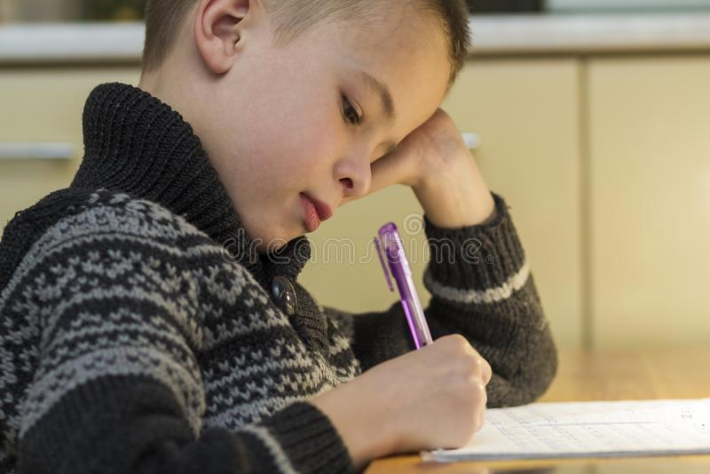 儿童做他的家庭作业的入学年龄男孩 库存图片