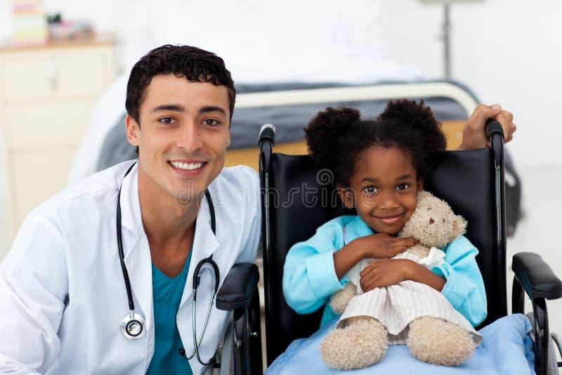 儿童医生帮助的病残 免版税库存照片