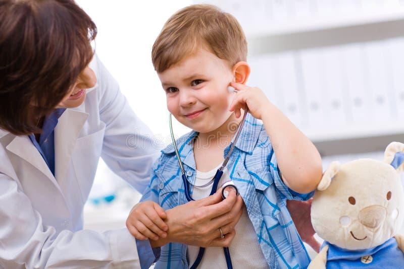 儿童医生检查 库存图片