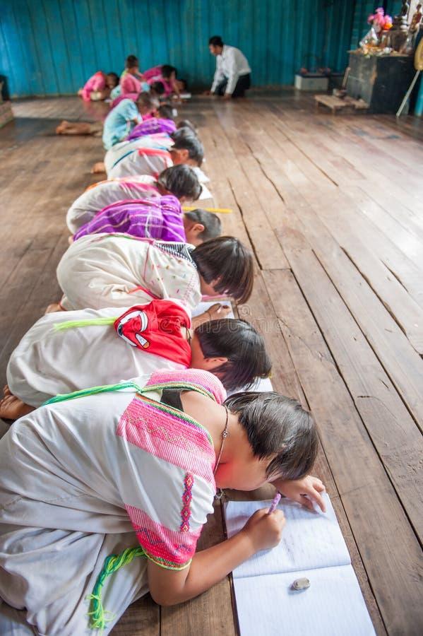 儿童卡伦佩带的白色服装在教室,卡伦tr 免版税库存图片
