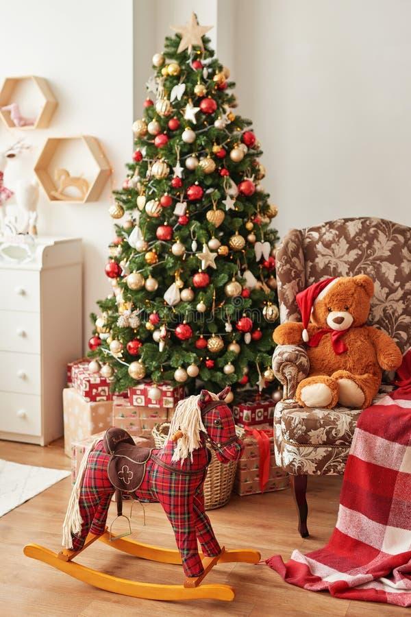 儿童卧室的圣诞室内 库存图片