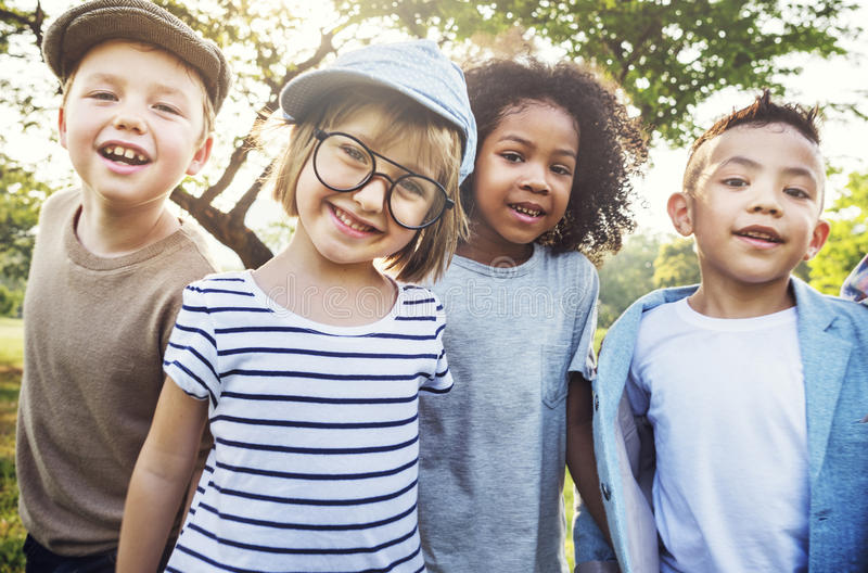 儿童友谊统一性嬉戏的幸福概念 库存图片