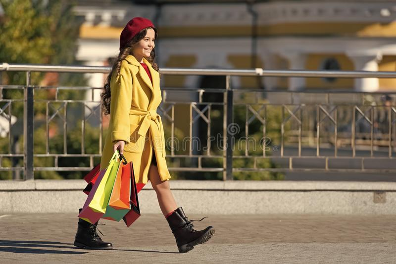 儿童可爱的时髦的举行束购物带来 女孩逗人喜爱的矮小的夫人穿戴的法式外套和贝雷帽运载 免版税库存图片