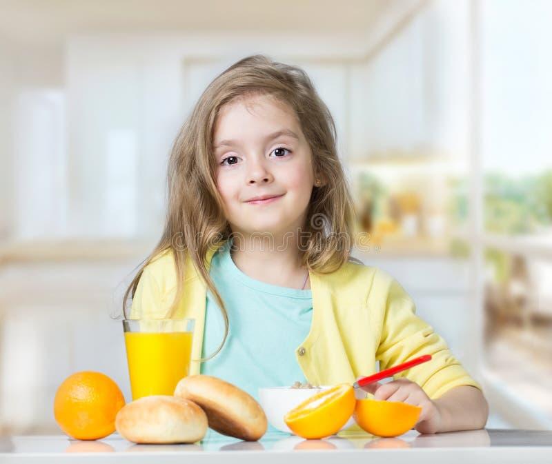 儿童吃在桌上的孩子女孩结果实户内 库存图片