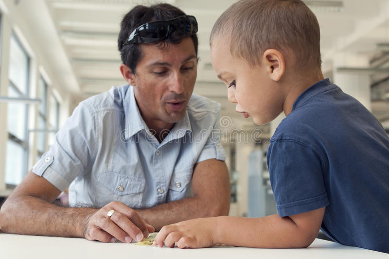 儿童和成人读书 免版税库存图片