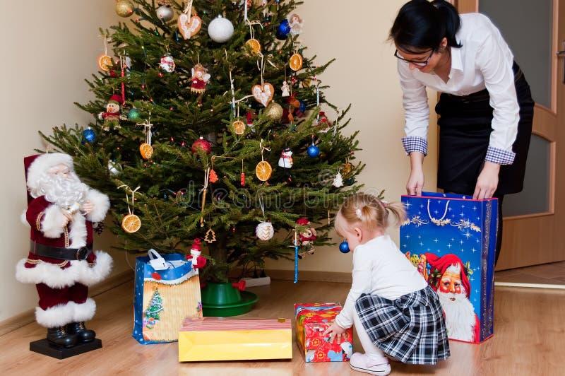 儿童圣诞树妇女 免版税图库摄影