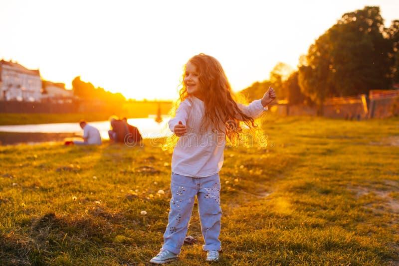 儿童在日落的` s华尔兹 免版税库存图片