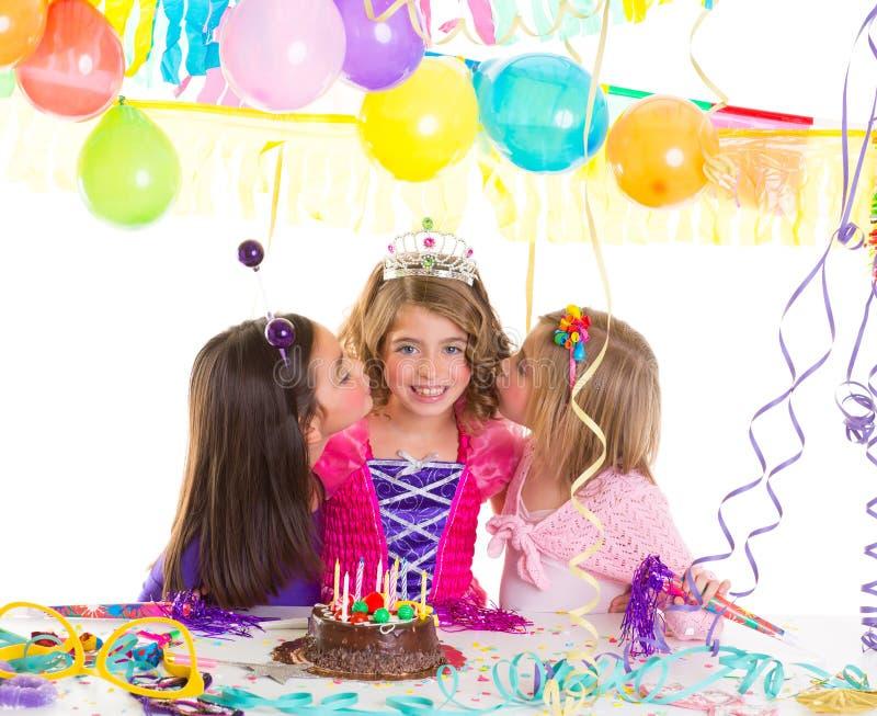 儿童在生日聚会问候的女孩组与亲吻 图库摄影