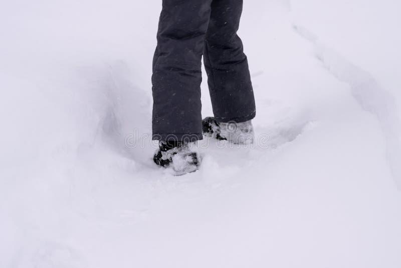 儿童在雪鞋子的` s脚打开轨道 免版税库存照片