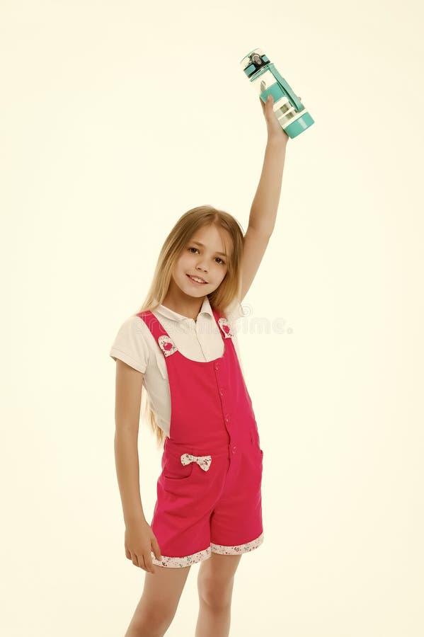 儿童培养在白色隔绝的水瓶 女孩举行塑料瓶在手中 干渴和健康 ?? ? 图库摄影