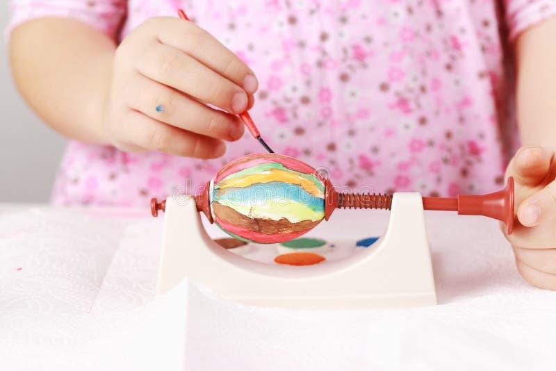 儿童复活节彩蛋绘 图库摄影