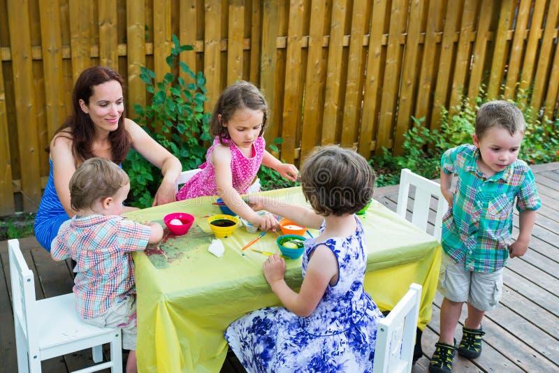 儿童外部洗染的复活节彩蛋 免版税库存图片