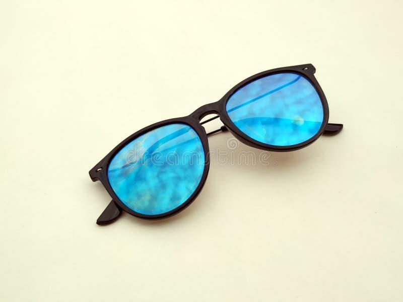 儿童太阳镜、太阳树荫或者眼镜隔绝了onyellow背景 颜色儿童玻璃保护免受太阳和紫外光芒 C 库存图片