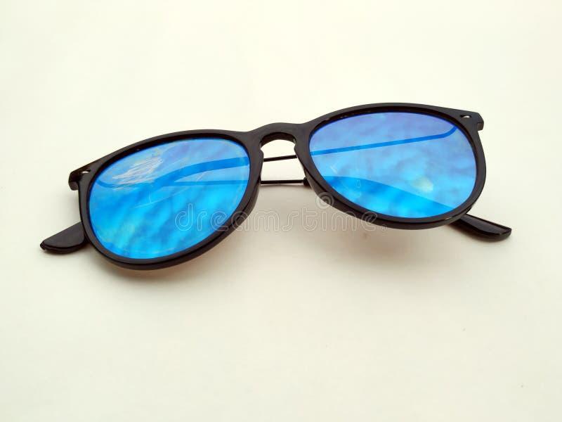 儿童太阳镜、太阳树荫或者眼镜隔绝了onyellow背景 颜色儿童玻璃保护免受太阳和紫外光芒 C 免版税库存图片