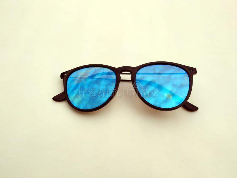 儿童太阳镜、太阳树荫或者眼镜onyellow背景 颜色儿童玻璃保护免受太阳和紫外光芒 C 图库摄影