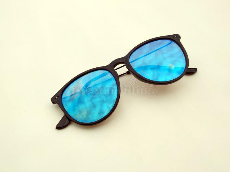 儿童太阳镜、太阳树荫或者眼镜onyellow背景 颜色儿童玻璃保护免受太阳和紫外光芒 C 库存照片
