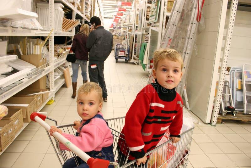 儿童夫妇shopingcart 库存照片