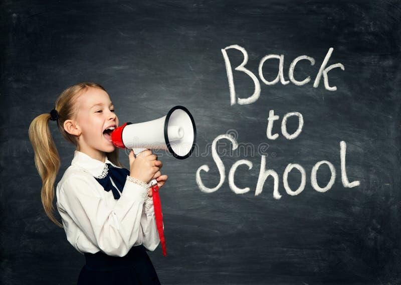 儿童女孩尖叫在扩音机,回到学校广告,学生在黑板的孩子广告 库存图片