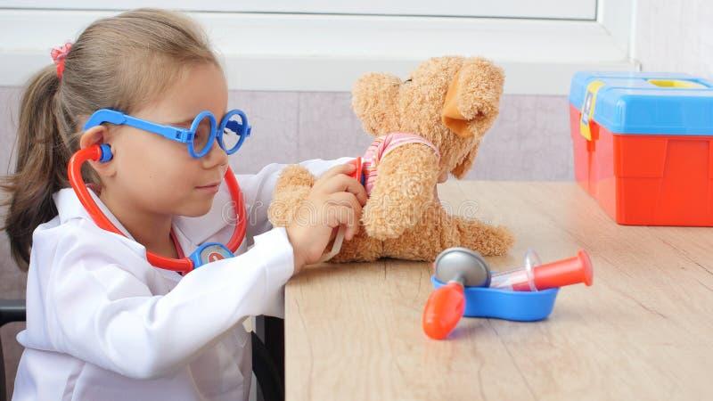 儿童女孩扮演医生 库存图片