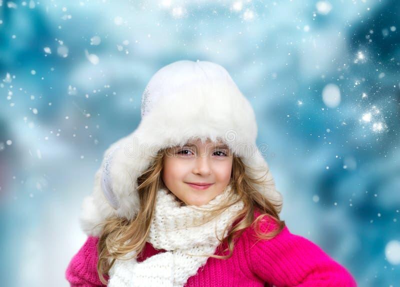 儿童女孩时尚编织了在多雪的背景的衣裳画象 免版税库存照片