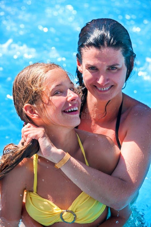 儿童女孩游泳池 免版税库存照片