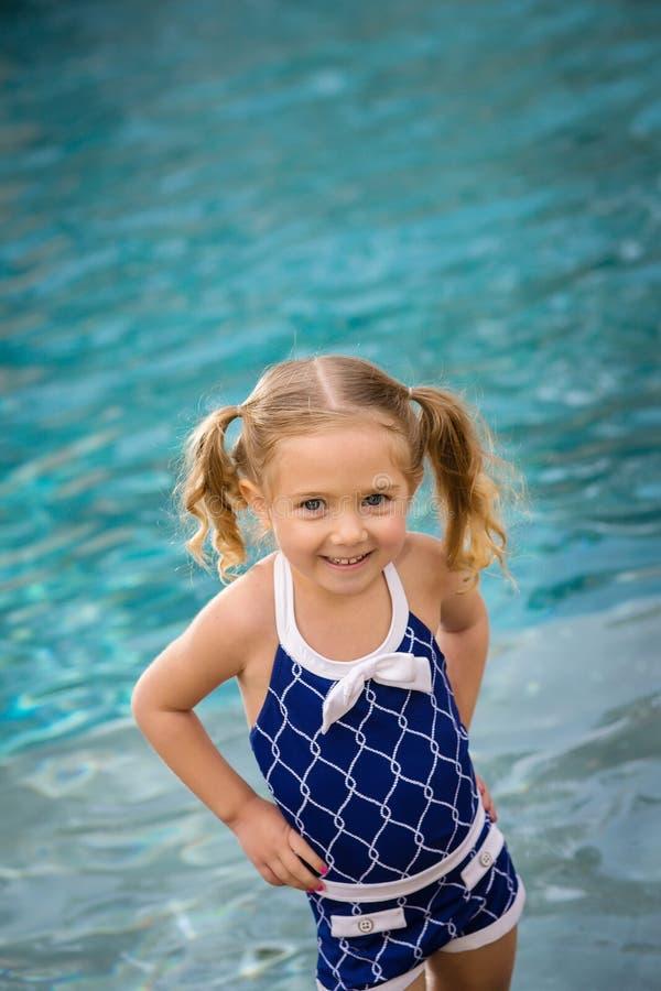 儿童女孩游泳水 库存图片
