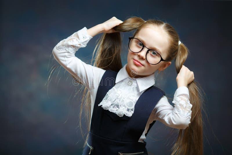 儿童女小学生修造兴高采烈的面孔猿画象  库存照片