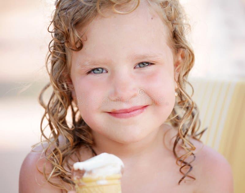 儿童奶油色吃冰 库存照片