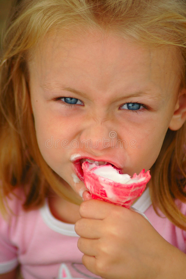 儿童奶油色吃冰 图库摄影