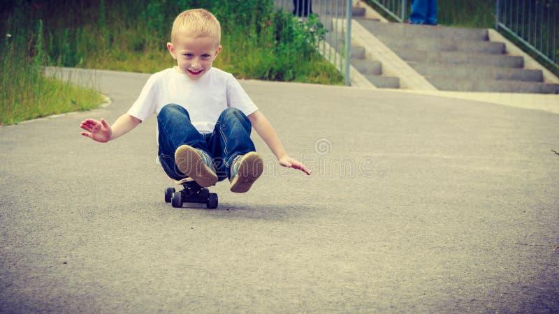 Download 儿童孩子坐获得的滑板室外的乐趣 库存照片. 图片 包括有 夏天, 路面, 子项, 男朋友, 业余爱好, 尝试 - 59103212