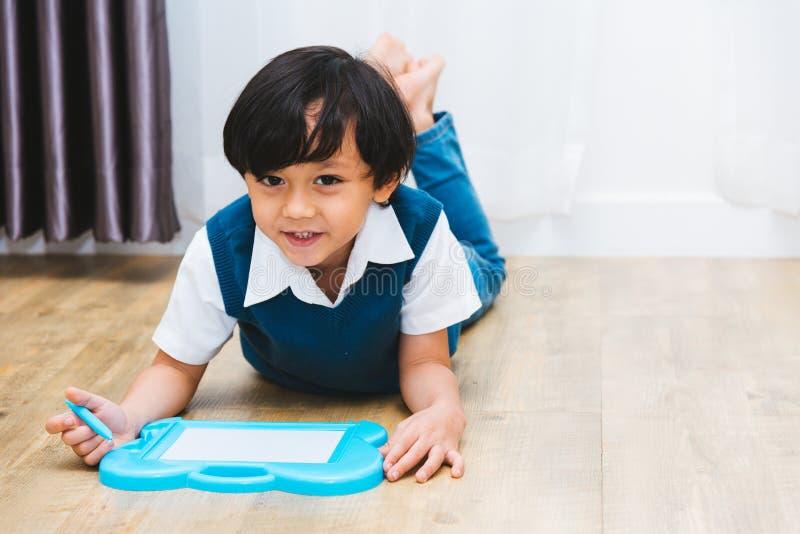 儿童孩子男孩学会绘画图画的幼儿园教育 免版税库存图片