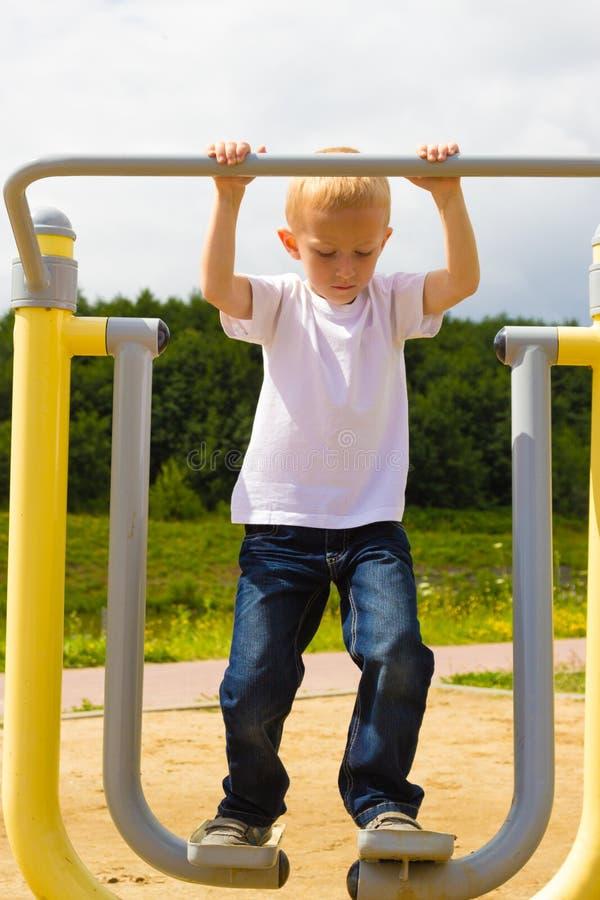 儿童孩子获得乐趣在操场空气步行者 免版税库存图片