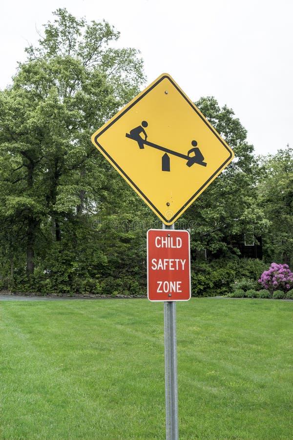 儿童安全区标志,黄色黑色,红色白色,象跷跷板 库存照片