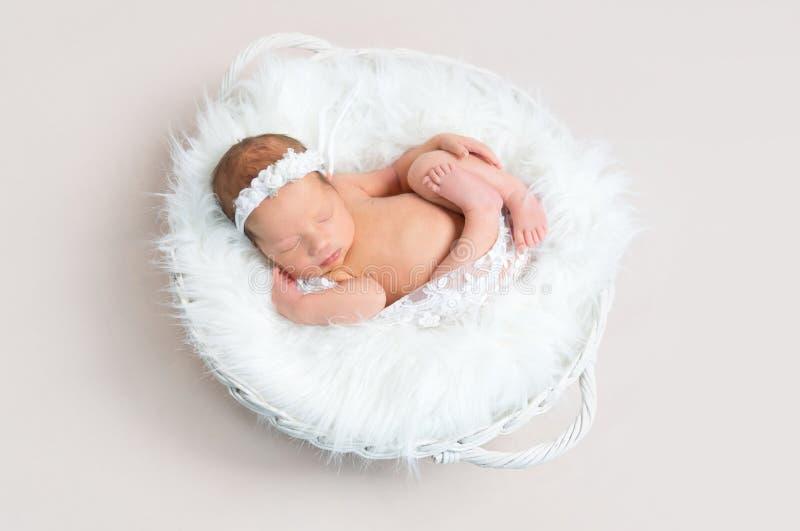 儿童小睡赤裸在篮子 免版税图库摄影