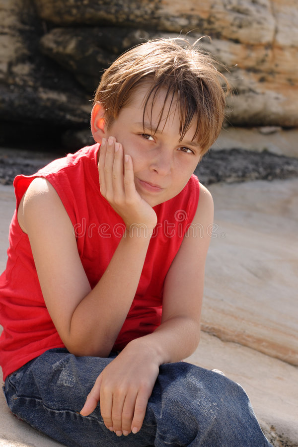 儿童岩石坐 免版税库存图片