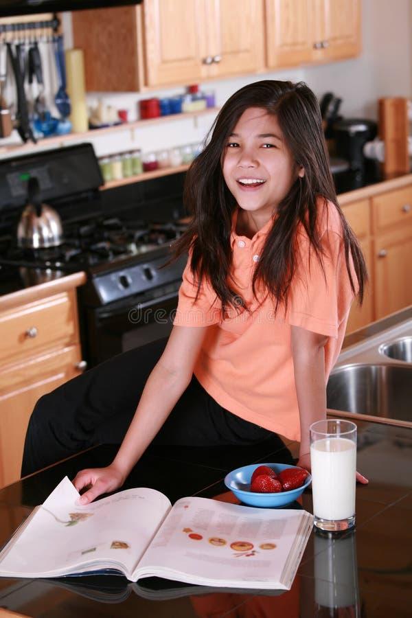 儿童工作台面玻璃藏品牛奶开会 库存照片