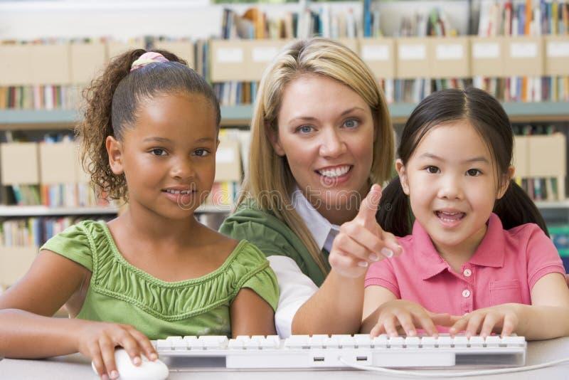 儿童幼稚园坐的教师 免版税库存照片